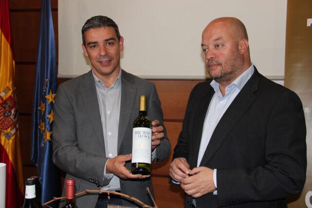 Quintero-con-el-mejor-vino-de-Canarias-Brumas-de-Ayosa-blanco-seco